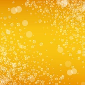 クラフトビールの背景。ラガースプラッシュ。オクトーバーフェストの泡。リアルな泡のあるお祭りのエールのパイント。レストラン用の冷たい液体飲料。ゴールドメニューデザイン。ビールの背景にオレンジ色のボトル。