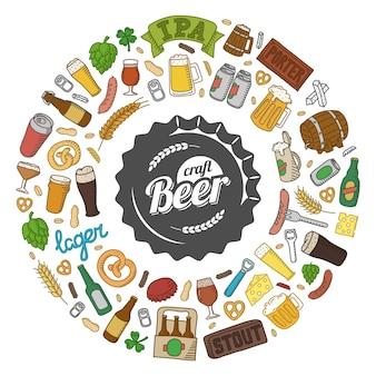 クラフトビールの落書き。手描きのビアグラス、マグカップ、ボトル、スナック、材料、アクセサリー。漫画オブジェクトのラウンド構成。