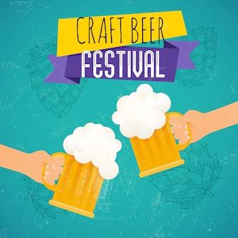 Фестиваль крафтового пива. две руки, держа бокал пива. пивной фестиваль плакат или флаер шаблон. иллюстрации.