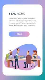 Встреча команды creative business на рабочем месте в офисе