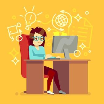 Творческая девушка работает в домашнем офисе с компьютером