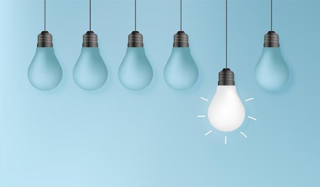 창의적인 아이디어 개념 배경, 다른 개념을 생각하고, 파란색 벽에 뛰어난 전구