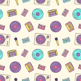 Креативный бесшовный образец с ретро-аналоговым музыкальным плеером, кассетным магнитофоном, проигрывателем, виниловым диском и микрофоном