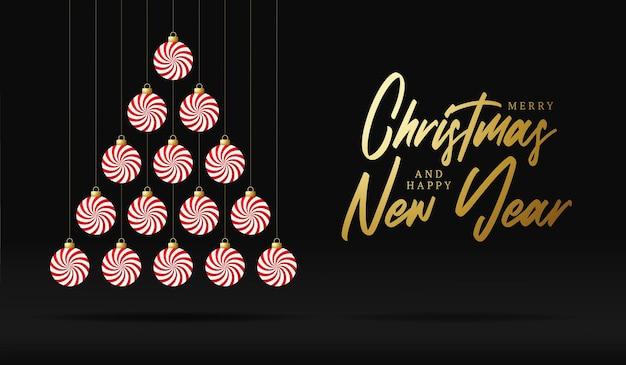창조적 인 달콤한 xmas 트리는 고급스러운 검은 색 바탕에 크리스마스와 새해 축하를 위해 민트 캔디 보블 볼을 만들었습니다.