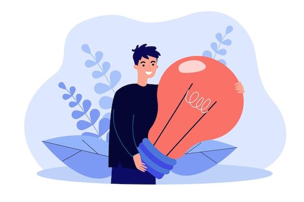 大きな電球の孤立したフラットイラストを保持している創造的な若いキャラクター