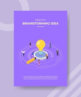 テンプレートチラシのルーペ電球ランプの周りに立っている創造性ブレーンストーミングのアイデアの人々