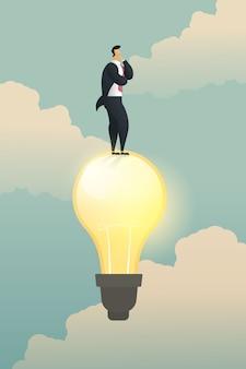 創造性思考ビジネスマンソリューションは電球の上に立ちます。