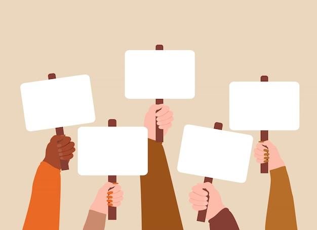 빈 표지판이나 플래 카드로 시연하는 사람들의 군중.