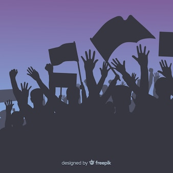 Толпа людей с флагами и знаменами в манифестации