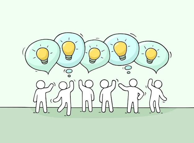 吹き出しとランプのアイデアを持つ働く人々の群衆。ビジネスデザインのベクトル図です。