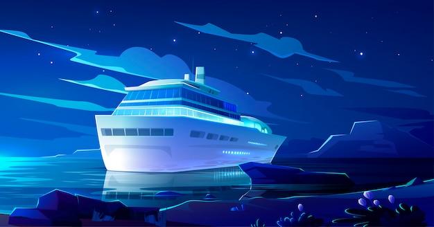 Круизный лайнер в океане ночью. современный корабль, лодка