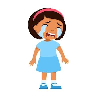泣いている悲しい小さなラテンアメリカの女の子一人で立っている悪い気分で顔に涙を浮かべて動揺した子供