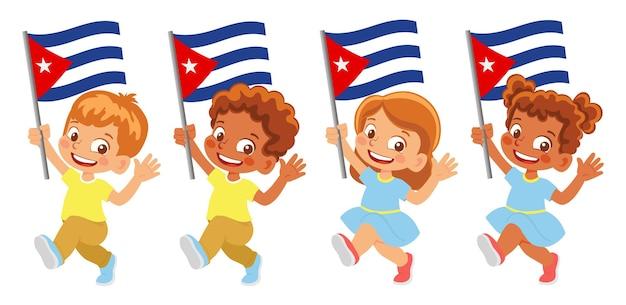 Флаг кубы в руке. дети держат флаг. государственный флаг кубы