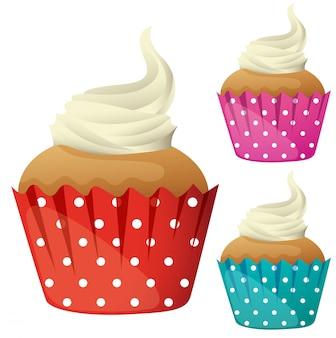 Кекс со сливками в разных чашках цвета