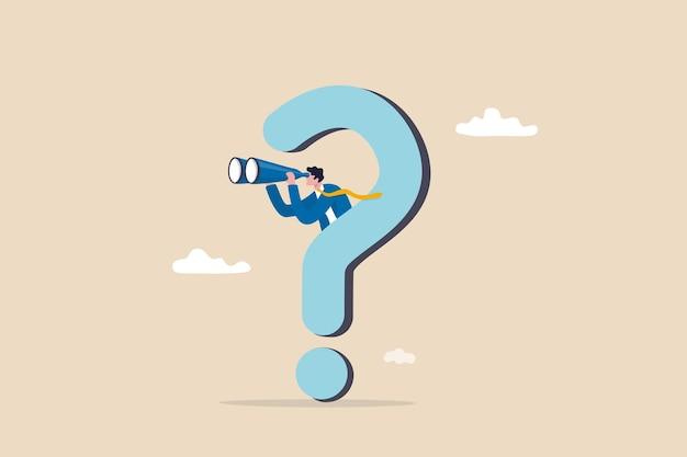 Любопытство исследовать неизвестное, искать решение или новую бизнес-возможность, искать концепцию успеха, любопытный бизнесмен с огромным вопросительным знаком смотреть в бинокль в поисках новой бизнес-идеи