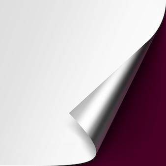 Загнутый металлический серебряный уголок белой бумаги с тенью макет крупным планом, изолированные на бордовом фоне