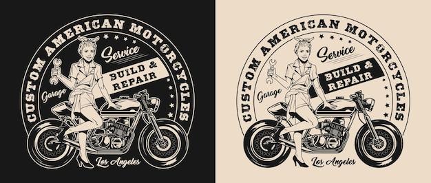 스패너를 들고 오토바이 근처에 서 있는 예쁜 여성이 있는 맞춤형 오토바이 수리 서비스 라벨