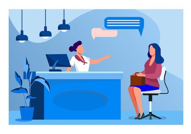 Клиент и менеджер разговаривают на стойке регистрации