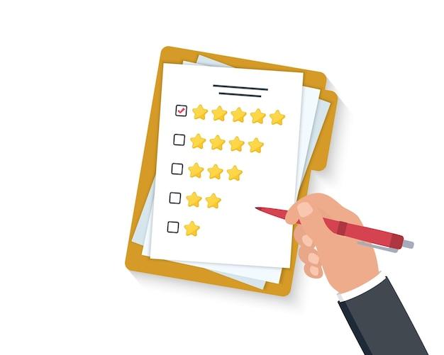 고객 만족. 평가 별과 펜이 있는 클립보드를 손에 들고 있습니다. 별 5개 확인란에 녹색 확인 표시가 있습니다. 고객 서비스에 대한 평가를 제공