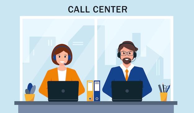고객 서비스 지원 또는 콜 센터. 헤드폰 마이크를 가진 남녀