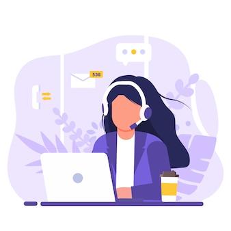 Обслуживание клиентов, женщина с длинными волосами сидит за столом с ноутбуком, с наушниками и микрофоном