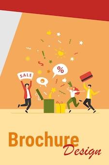 Покупатели празднуют распродажу. люди держат подарок, кредитную карту, громкоговоритель, танцуют, веселятся. векторные иллюстрации для программы лояльности, продвижение, концепция вознаграждения клиентов