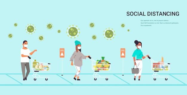 Покупатели в защитных масках с продуктами питания на расстоянии от пандемии коронавируса