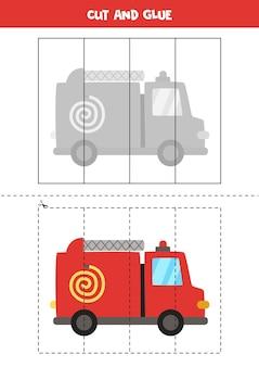 漫画の消防車で子供のためのカットアンドグルーゲーム。未就学児のための切断の練習。