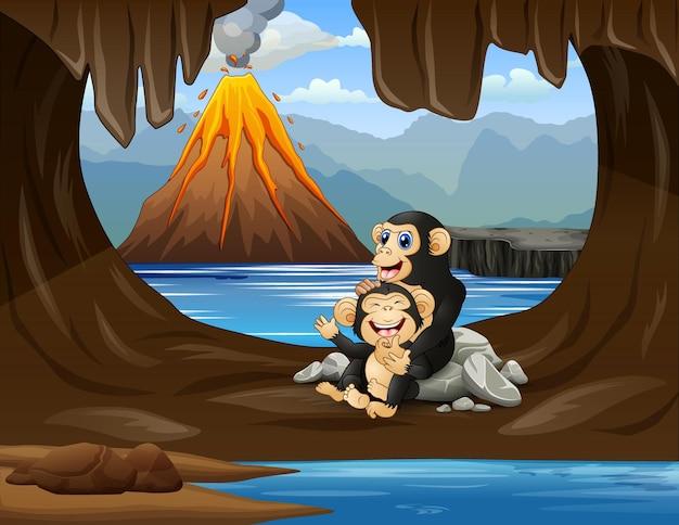 Симпатичная шимпанзе с детенышем в пещере