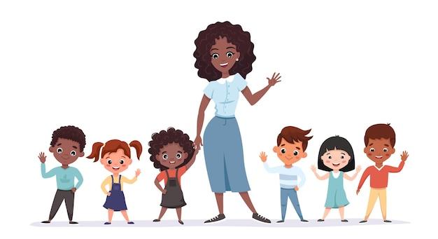 웃 고 흔들며 눈동자 아이들과 함께 서있는 귀여운 아프리카 미국 교사. 교사와 초등학교 급우 초상화