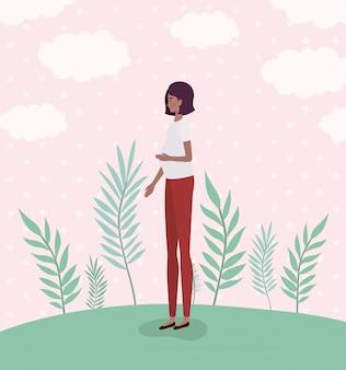 Симпатичная афро женщина беременности в пейзаже