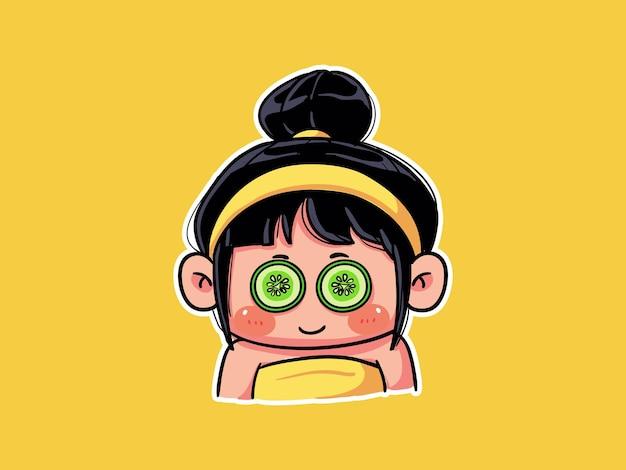 귀엽고 귀여운 소녀는 스킨 케어 루틴 만화 꼬마 그림을 위해 오이 아이 마스크를 착용합니다.