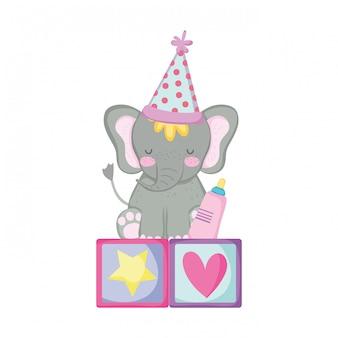 Милый и маленький слоненок с шляпой для вечеринки