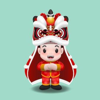 Симпатичный азиатский мальчик празднует лунный новый год с танцевальным представлением льва.