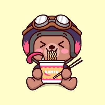 귀여운 아기 갈색 곰 바이커 복장 인스턴트 라멘 컵을 먹고 행복한 얼굴을 보여줍니다.