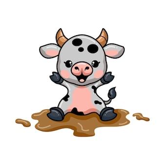 泥の中に座っているかわいい赤ちゃん牛の漫画