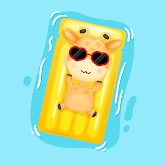 水泳ブイに横たわっているかわいい赤ちゃんキリン夏の漫画
