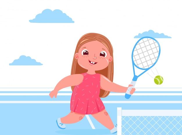 코트에서 라켓과 테니스 귀여운 아기 소녀. 스포츠 건강 생활. 일상 업무.