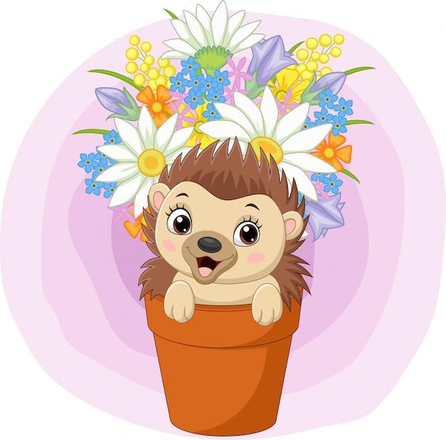 Милый маленький ежик сидит в горшке с растением