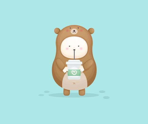 コーヒーを飲むクマの衣装でかわいい赤ちゃん。マスコット漫画イラストプレミアムベクトル