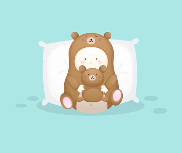 곰 의상을 입은 귀여운 아기가 테디 베어를 껴안고 있습니다. 마스코트 만화 일러스트 프리미엄 벡터