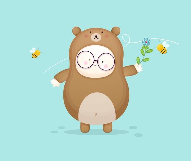 꿀벌을 가지고 노는 곰 의상을 입은 귀여운 아기. 마스코트 만화 일러스트 프리미엄 벡터
