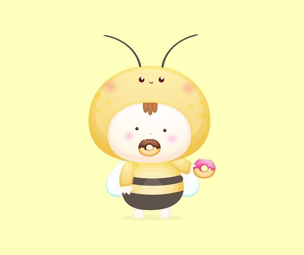 꿀벌 의상을 입은 귀여운 아기가 도넛 벡터 삽화를 먹고 있습니다. 마스코트 만화 일러스트 프리미엄 벡터