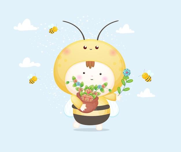 작은 꿀벌을 가지고 노는 꿀벌 의상을 입은 귀여운 아기. 마스코트 만화 일러스트 프리미엄 벡터