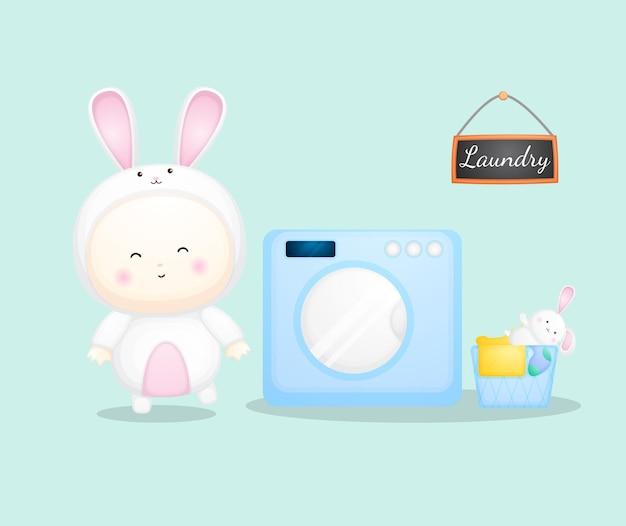 Милый ребенок в костюме кролика на стиральной машине. карикатура premium векторы