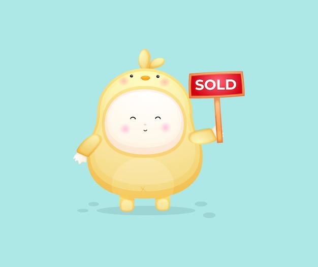 販売サインを保持しているひよこのかわいい赤ちゃん。マスコット漫画イラストプレミアムベクトル