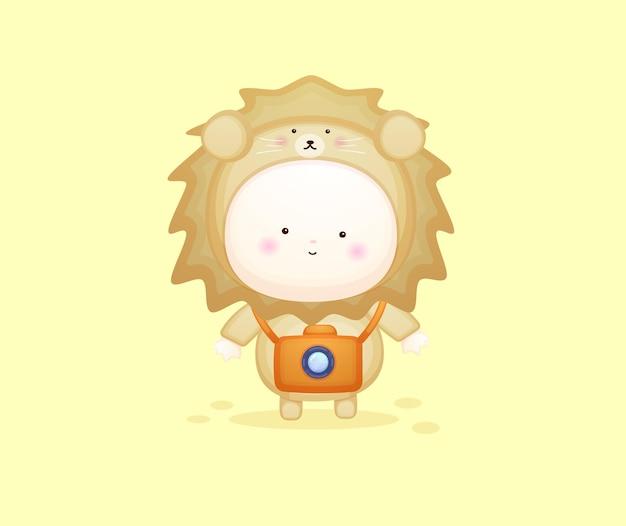 Cute baby in lion costume with camera. mascot cartoon illustration premium vector