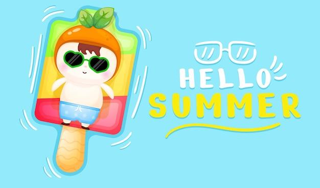 여름 인사말 배너와 아이스크림 부표에 누워 귀여운 아기