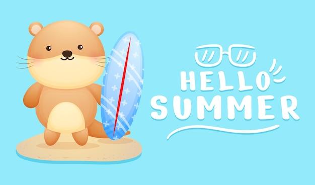 여름 인사말 배너와 함께 서핑 보드를 들고 귀여운 아기 수달
