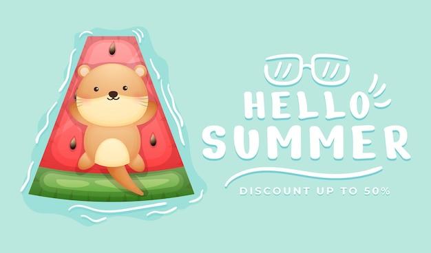 여름 인사말 배너와 함께 수영 부표에 누워 귀여운 아기 수달